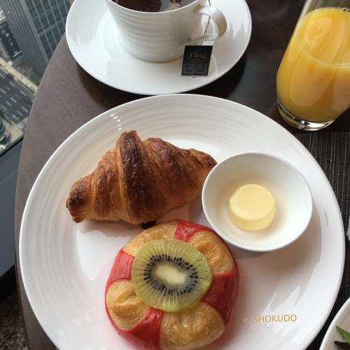 コンラッド大阪エグゼクティブラウンジ朝食パン盛り合わせ