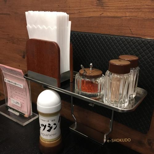 洋食屋牛銀二階席テーブル薬味